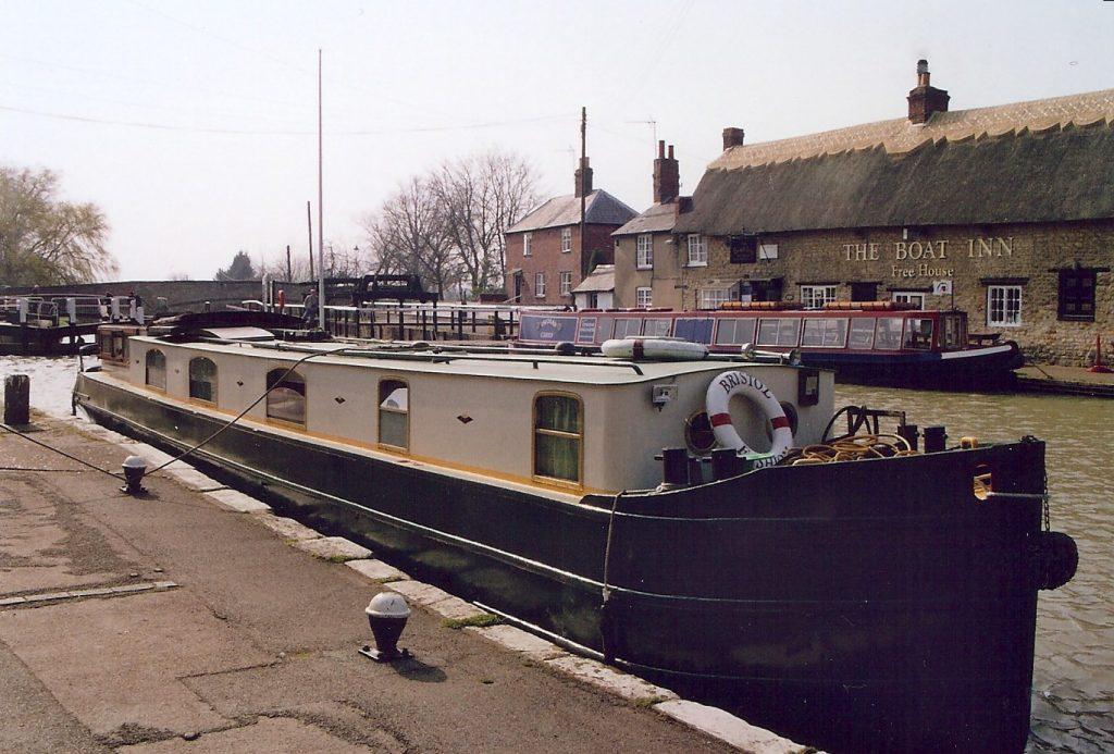 Narrowboat Bristol Fashion outside The Boat Inn in Stoke Bruerne