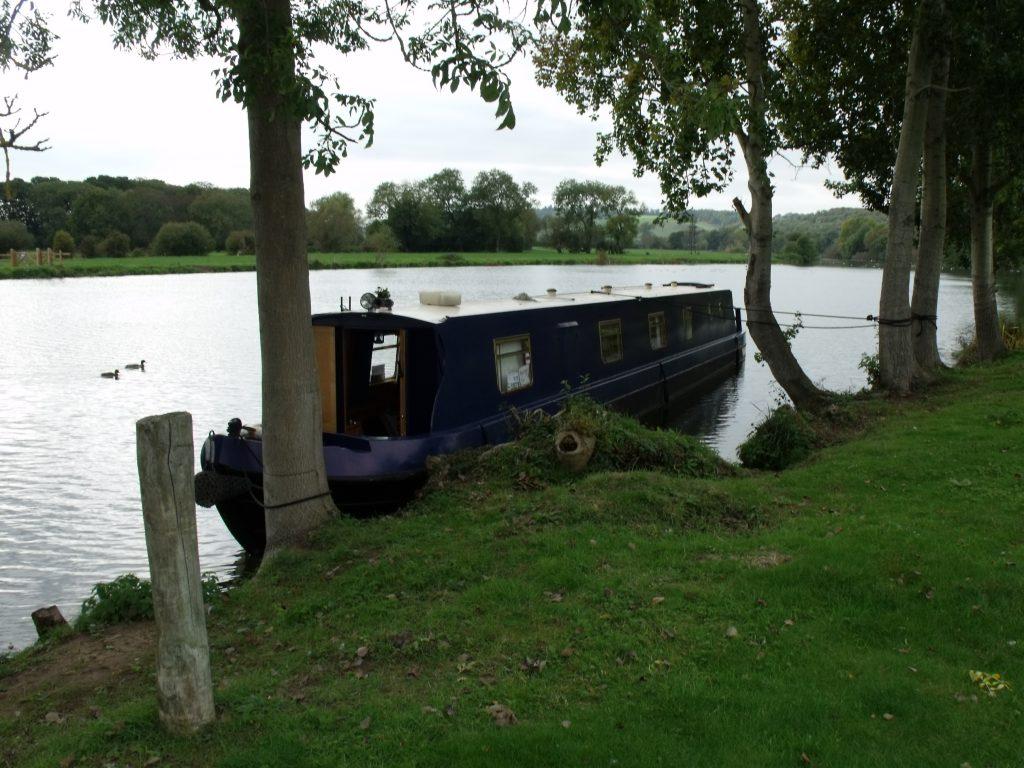 Mapledurham, narrowboat tied to trees