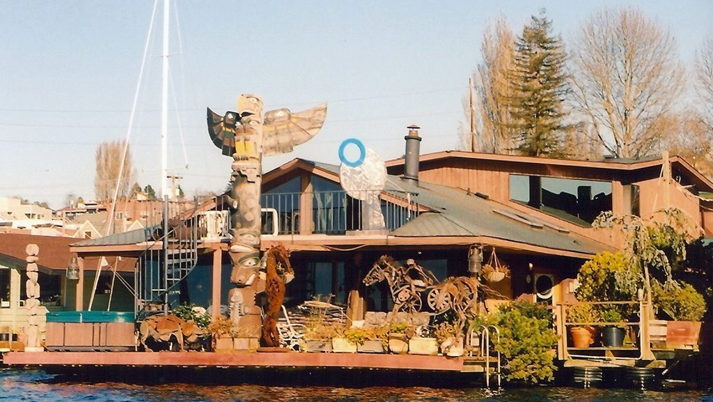 Seattle houseboat with totem pole